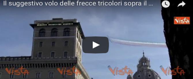 A naso in su: le Frecce Tricolori sorvolano il Vittoriano: spettacolo nel cielo di Roma (VIDEO)