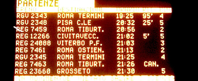 """Incredibile Trenitalia: """"Siamo puntualissimi"""". E i pendolari ridono amaro"""