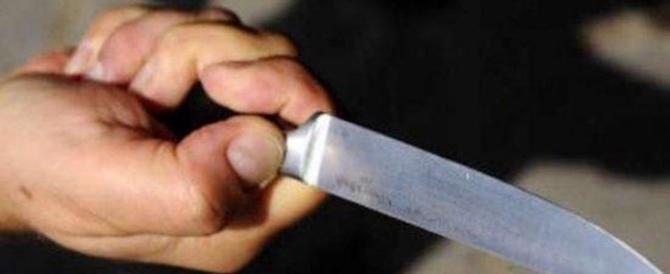 Torino, un romeno aggredisce i carabinieri con un coltello da cucina