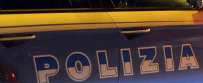 Paura nella notte a Ostia, sicari sparano in pizzeria: due gambizzati