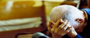"""Anziani legati, umiliati e picchiati all'ospizio degli orrori: """"Se parli…"""" (video)"""