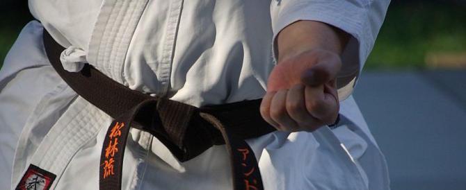 Ladro tenta di entrare in un palazzo, ma un condomino è esperto di arti marziali…