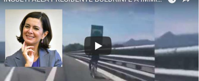 Stipendio dimezzato al poliziotto che fece una battuta sulla Boldrini (video)