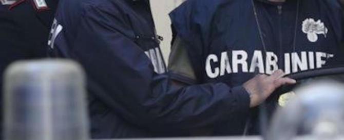 """Folla inferocita aggredisce i carabinieri per """"salvare"""" uno spacciatore"""