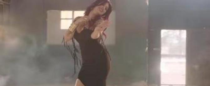 «Istiga alla depravazione». In Egitto cantante pop nei guai per un video osé