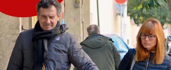Fabrizio Frizzi a passeggio con moglie e figlia. Dopo la paura torna il sorriso