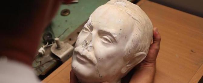 Il busto di Giovanni Falcone torna allo Zen dopo l'attacco dei vandali