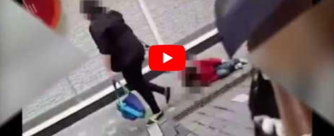 Mamma trascina il figlio col guinzaglio (video). Poi si giustifica così…