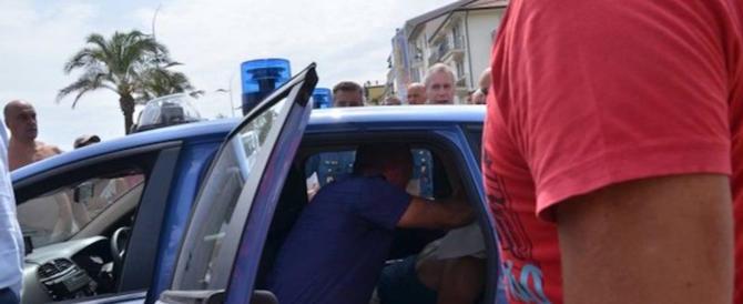 18enne senza patente inveisce contro gli agenti: in 200 circondano la polizia
