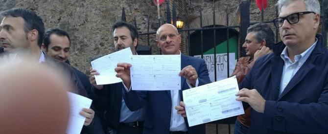 Colle Oppio, le prove che la Raggi mente. FdI mostra i bollettini pagati al Comune (video)