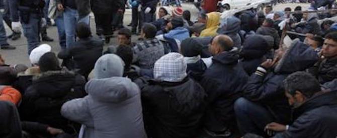 «Troppi migranti bivaccano nelle sale d'attesa». Trenitalia chiude due stazioni