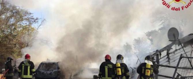 Milano, la vendetta di una rom: dopo una lite dà fuoco al campo dove viveva