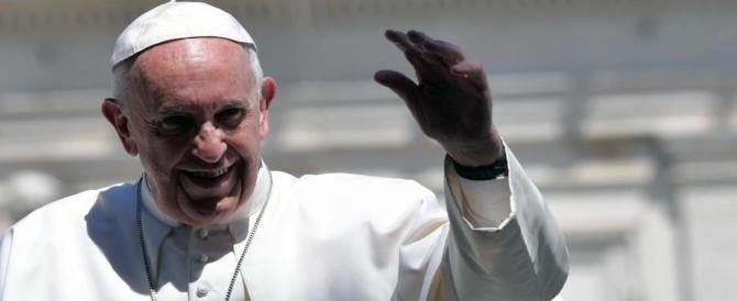 Il Papa ai fedeli, esasperato dagli smartphone tuona: «Basta telefonini a Messa»