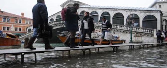 Italia nella morsa del maltempo: acqua alta a Venezia, colate di fango nel Napoletano