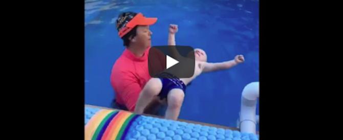Mamma lancia il neonato a testa in giù in piscina. Video da brivido su Facebook
