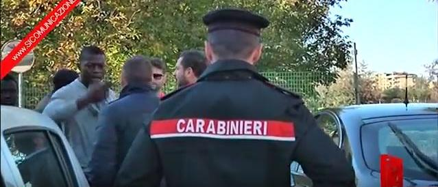 Far west nel Casertano, migrante dà fuoco al centro d'accoglienza: gestore gli spara (VIDEO)