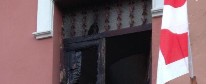 Incendio al circolo Pd di Ostia, nei video l'attentatore agisce da solo
