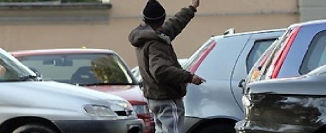 Pacheggiatori abusivi e violenti: pugni a un anziano, minacce a una donna, da 2 africani