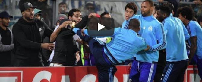 Calcio al volto di un tifoso, la follia in mondovisione di Evra, ex Juve (video)
