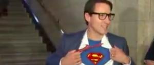Politici da baraccone: il premier canadese si veste da Superman (video)