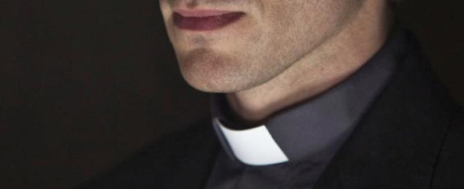 Abusi su una dodicenne con la complicità della madre: prete indagato
