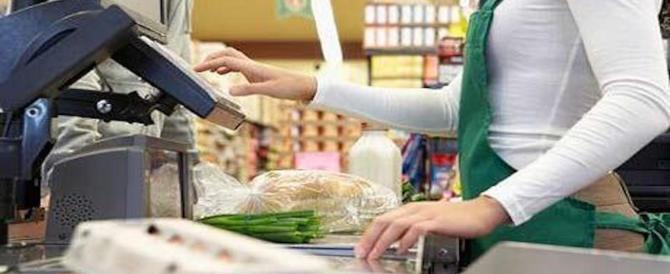 Minaccia la cassiera e rapina il supermercato brandendo un'ascia