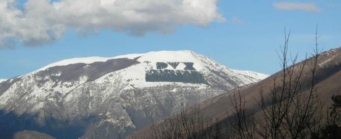 """Né Fiano né l'incendio la fermano: torna la scritta """"Dux"""" sul monte Giano"""