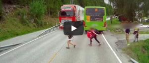 Terrore in strada: bambino attraversa, il Tir frena all'ultimo istante (video)