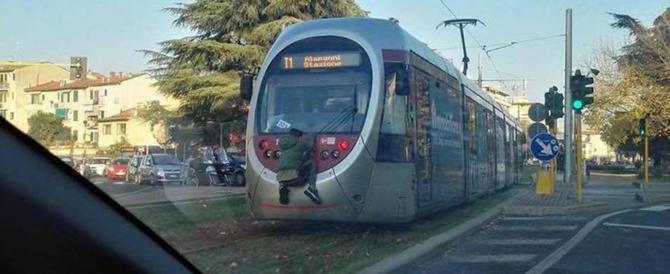 Firenze, la folle sfida di un ragazzino: viaggia aggrappato al tram