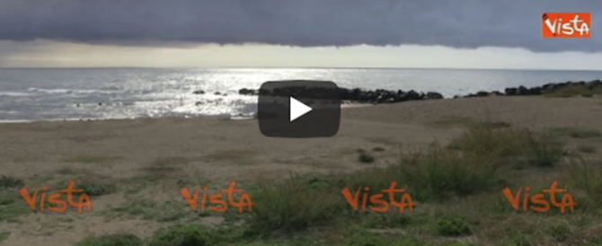 Tromba d'aria a Ostia alla vigilia del voto, paura sul lungomare (video)