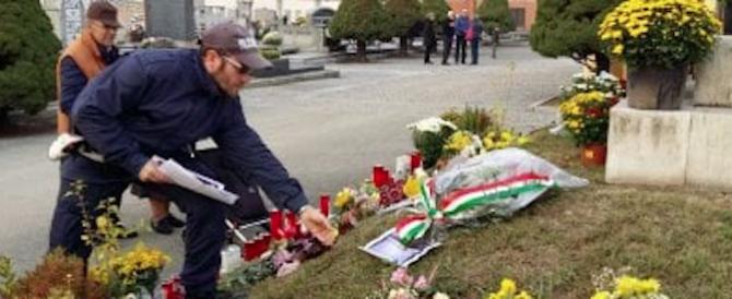 Fiori a Venaria per i caduti Rsi: blitz dei vigili per toglierli dal cimitero