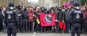 Destra tedesca (AfD) a congresso: la polizia carica i militanti rossi (video)