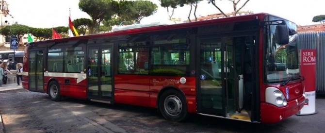 Roma, albanese si accende una sigaretta sul bus poi sferra un pugno a chi protesta