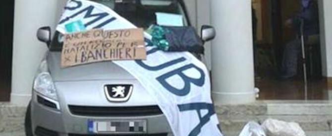 Perde i risparmi in Banca Veneta e per la rabbia sfonda l'agenzia con l'auto