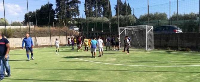Campo di calcio gratis ai migranti: bufera sulla giunta Pd e una coop