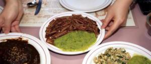Grilli fritti e vermi al curry: domani l'ultima cena di fine anno senza insetti a tavola