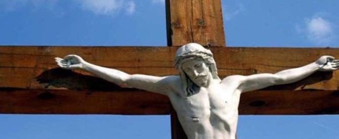 Crocifisso sfregiato, vandali lo prendono a sassate in strada