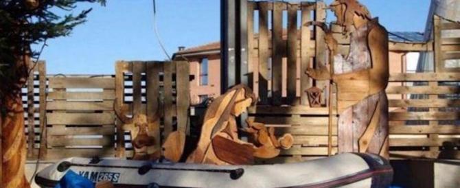 Un altro presepe dello scandalo: Gesù nasce su un gommone tra i migranti
