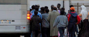 Panico sull'autobus: il controllore sale, i nordafricani sfondano le porte