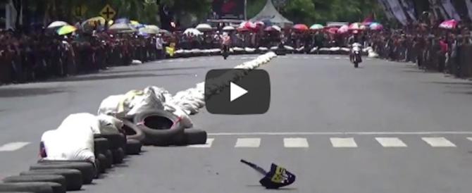 Indonesia, la corsa motociclistica finisce in rissa tra piloti (video)