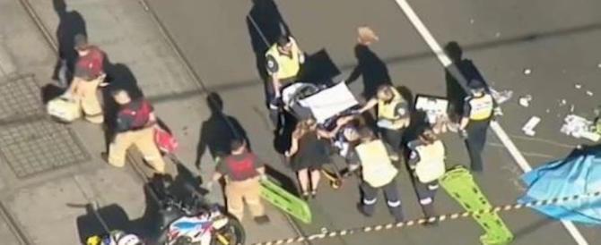 """Panico a Melbourne, si lancia sulla folla col Suv: """"La  gente volava ovunque"""" (video)"""