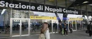 Scaraventa un poliziotto giù dalle scale: gesto folle alla stazione di Napoli