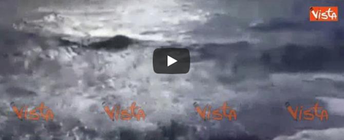 """Onde alte tre metri, si """"balla"""" e si trema sul traghetto Napoli-Ischia (video)"""