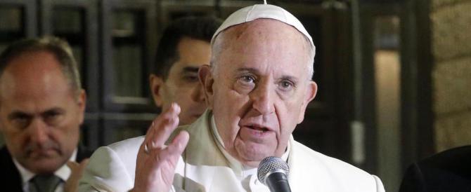 """Il Papa """"bastona"""" la Curia: «Basta complotti e traditori di fiducia: sono un cancro»"""