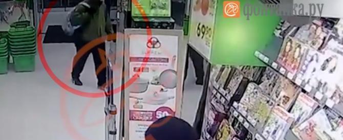 San Pietroburgo, ecco il video dell'attentatore che piazza la bomba