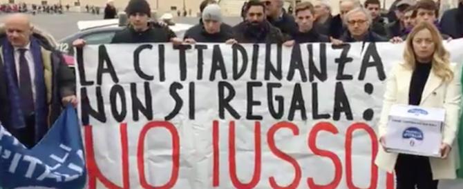 Fratelli d'Italia consegna al Colle le oltre 130mila firme contro lo ius soli (video)