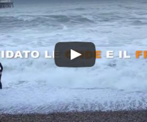 Sfida le onde e salva il suo cane che sta per annegare: il video commuove il web (VIDEO)
