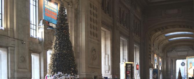 Migrante sull'albero di Natale della stazione di Milano. Voleva strappare la croce