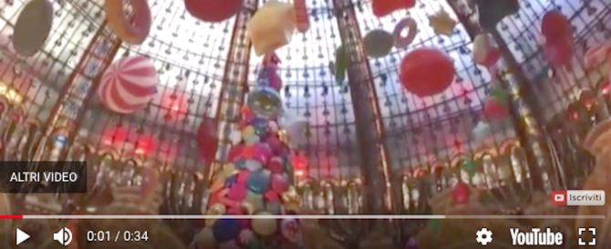 Natale, Parigi umilia Roma: ecco dov'è l'incantevole albero di palloncini (video)