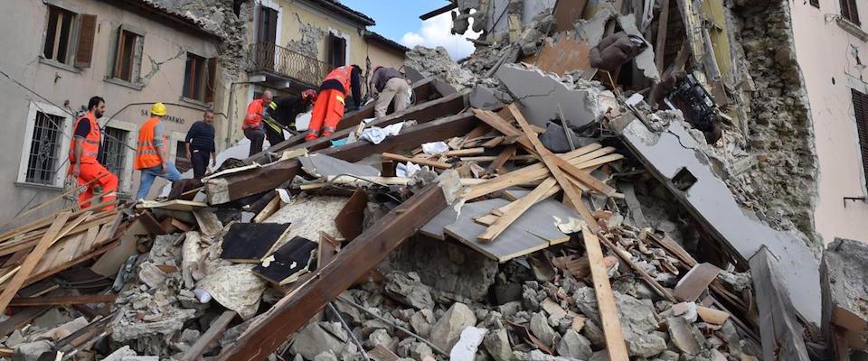 Terremoto: le casette cadono a pezzi, ma il governo nega. La rabbia della Meloni